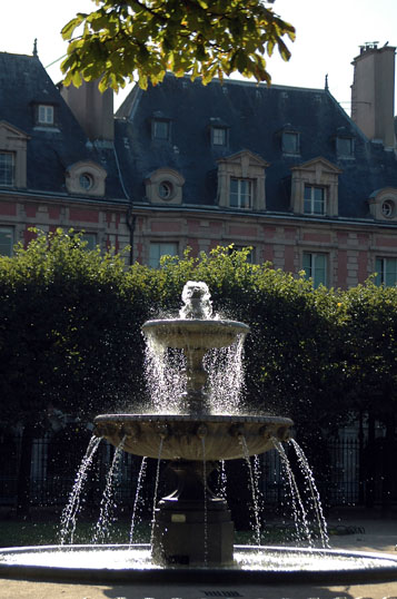 """Fountain in Place des Vosges"""