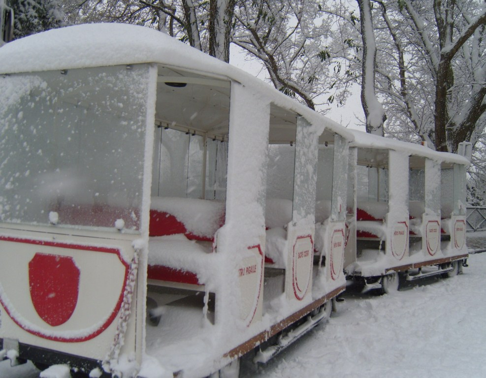 """Paris Montmartre Dototrain abandoned in snow"""